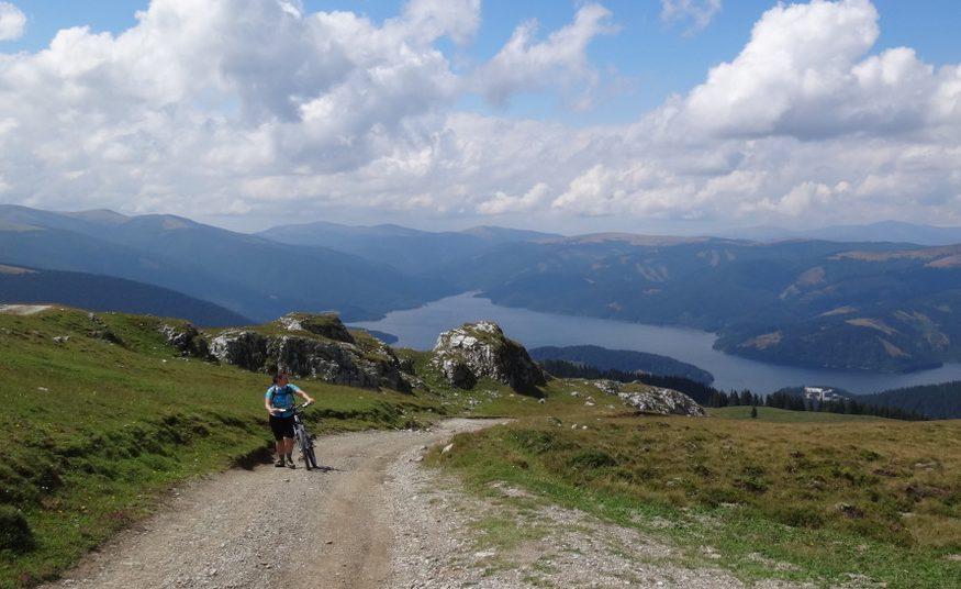La vale pe creasta Latoriței